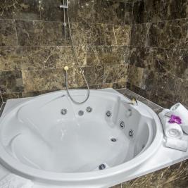 Jacuzzi Suite Hotel Spa Diana Parc